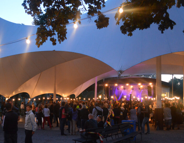 Dans på dansbanan en sommarkväll, lyktor hänger längs med kanterna
