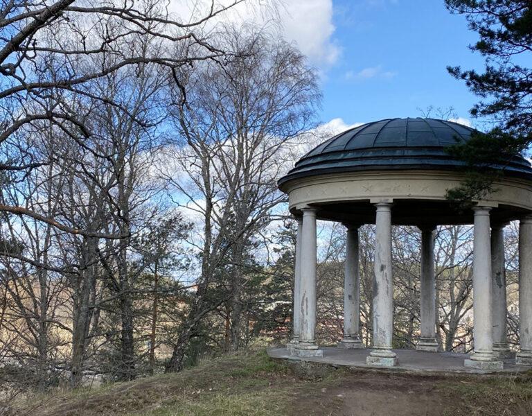 Ekotemplet på en kulle i Hågelbyparken