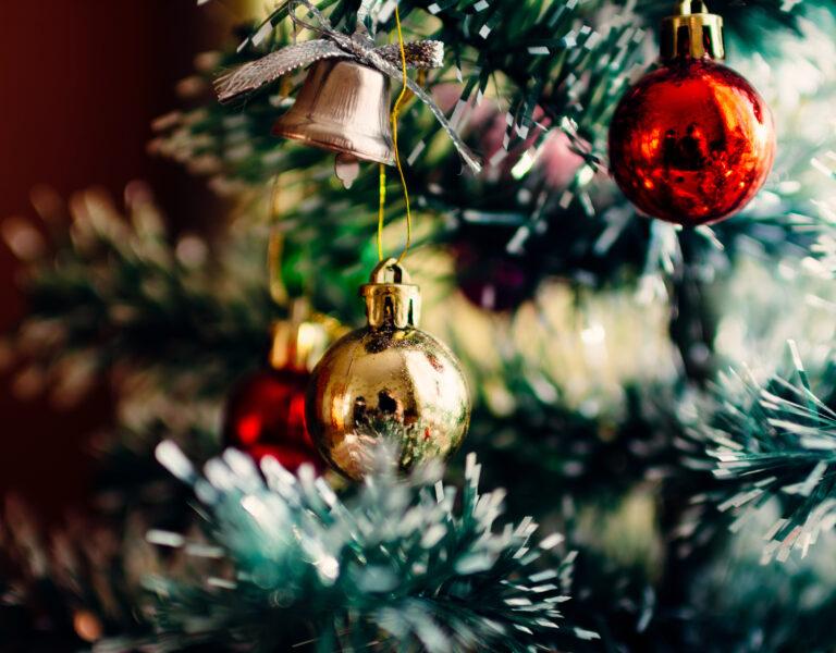 Färgglada julkulor i en julgran