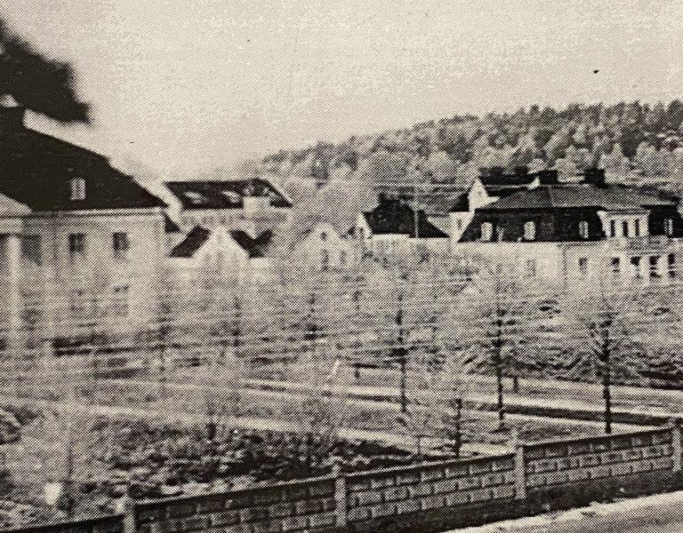 En svartvit äldre bild på herrgården i Hågelbyparken