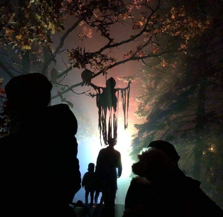 Hängande spöke i träd på Halloween