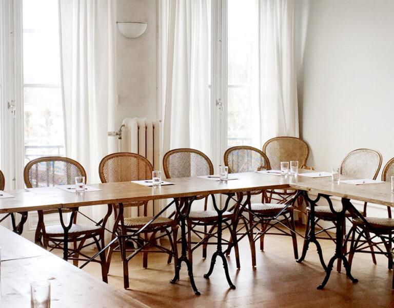 Ljus och vacker konferenslokal i herrgården i Hågelbyparken