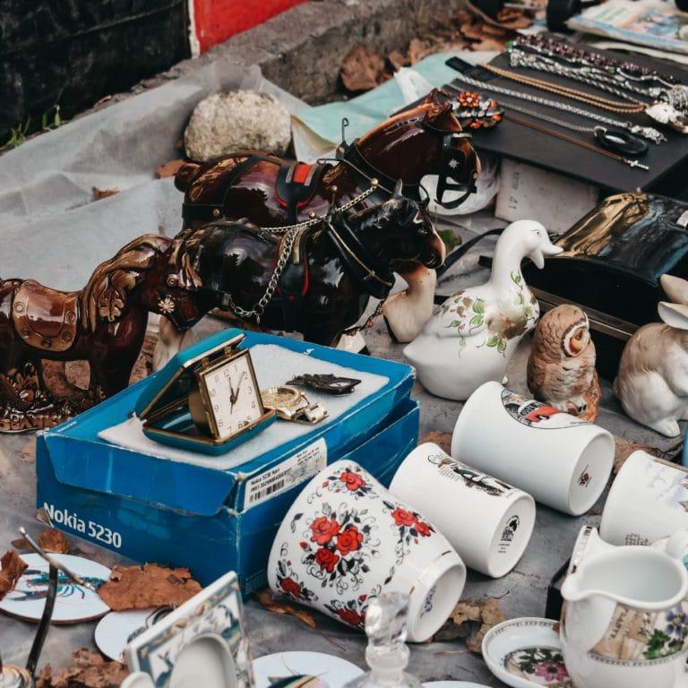 Porslin och prylar på loppis
