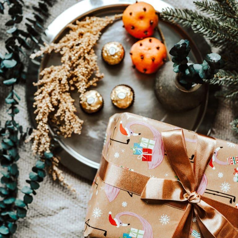 Julklapp med brunt sidenband och apelsin med kryddnejlikor